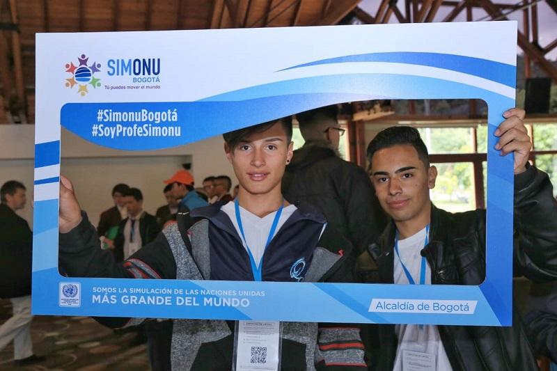 dos estudiantes dentro de un marco de Simonu